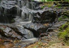 少许瀑布 水流经岩石 库存照片