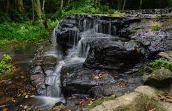 少许瀑布 水流经岩石 免版税库存图片