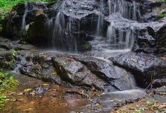 少许瀑布 水流经岩石 库存图片
