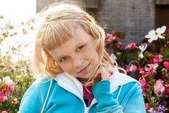 少许秀丽白肤金发的女孩微笑 免版税库存图片