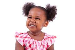 少许笑非洲裔美国人的逗人喜爱的女孩 免版税库存照片