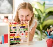 少许计数在五颜六色的算盘在学校教室 免版税库存图片