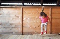 少许跳逗人喜爱的女孩 免版税图库摄影