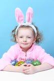 小女孩用兔宝宝耳朵鸡蛋 免版税库存图片