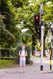 少许7年等待绿灯的男小学生 免版税库存照片