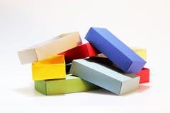 少量五颜六色的纸箱包装的蝶形领结和其他礼物的色的纸板在白色背景 手工制造 库存照片