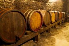少量桶在葡萄酒库里 免版税图库摄影