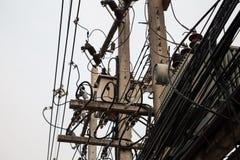 少量电线杆、复杂的导线和很多电话电缆 免版税库存照片