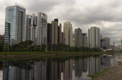 少量的Pinheiros河和摩天大楼在圣保罗,巴西 免版税库存图片