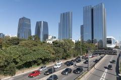 少量的Pinheiros高速公路和维拉奥林匹亚摩天大楼 图库摄影