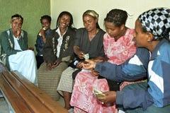 少量银行存款项目埃赛俄比亚的少妇 免版税库存照片