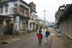 少年上学在Puthia,孟加拉国 免版税图库摄影