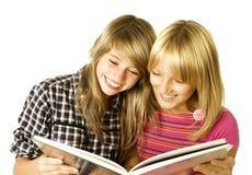 少年书的女孩 免版税库存图片