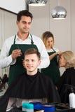 少年人的男性美发师切口头发 免版税图库摄影