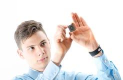 少年人集中了看被隔绝的一个微芯片wh 免版税库存照片