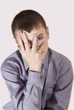 少年关闭了一张面孔手 免版税库存图片