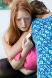 少年可安慰的怀孕的朋友 免版税库存图片