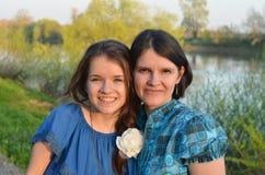 少年和她的母亲 免版税库存照片