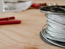 少年和缆绳在建造场所 图库摄影