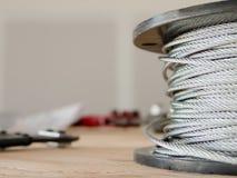 少年和缆绳在建造场所 库存照片