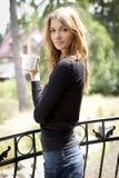 少年咖啡杯逗人喜爱的女孩的纵向 库存图片