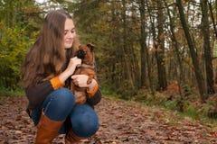 少年在与她的狗的秋天 库存图片