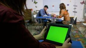 少年在交往与一台绿色屏幕片剂个人计算机的教室 股票视频