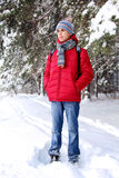 少年在冬天森林里 免版税库存图片