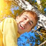 少年在秋天公园 免版税库存图片