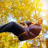 少年在秋天公园 图库摄影