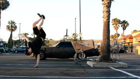 少年在街道的跳舞breakdance 免版税库存照片