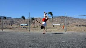 少年在街道的跳舞breakdance 库存照片