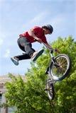 少年在赞成BMX自行车竞争中执行空中特技 免版税库存照片