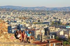 少年坐老拜占庭式的墙壁在塞萨罗尼基市,希腊 免版税库存照片