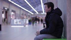 少年坐长凳和饮用的柠檬水 股票视频