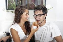 少年夫妇在家食用早餐 库存图片