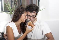 少年夫妇在家食用早餐 免版税库存图片