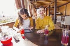 少年夫妇夏天咖啡馆的 免版税库存照片
