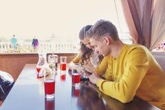 少年夫妇夏天咖啡馆的 免版税图库摄影