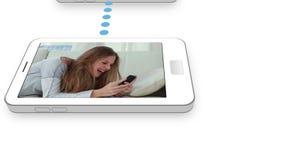 少年夫妇录影使用手机的 股票视频