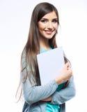 少年女孩举行白色白纸。年轻微笑的妇女展示 库存照片
