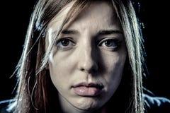 少年女孩或妇女看起来重音和痛苦遭受的消沉的哀伤 库存图片