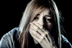 少年女孩或妇女看起来重音和痛苦遭受的消沉的哀伤 库存照片