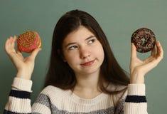 少年女孩用多福饼 图库摄影