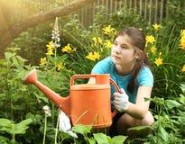 少年女孩用橙色水能关闭照片 免版税库存照片
