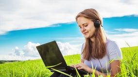 少年女孩由网络摄影沟通 股票录像