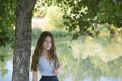 少年女孩的公园 免版税图库摄影