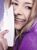 少年女孩的移动电话 免版税库存照片
