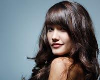 少年女孩美丽的头发快乐享用 免版税库存照片