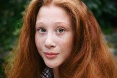 少年女孩画象有红色头发和雀斑的 免版税库存图片